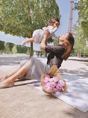 Laura und ihre Tochter Mathilda in Paris
