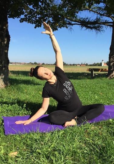 Das ist Beckenbodenbotschafterin Sarah Ege beim Yoga